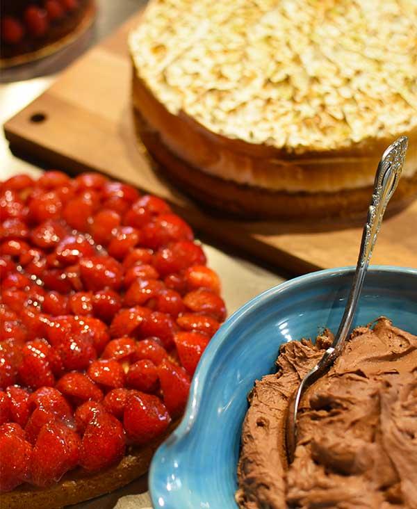 Assortiment de gâteau avec une tarte aux fraises, une mousse au chocolat et un cheesecake réalisé par le restaurant Maison B