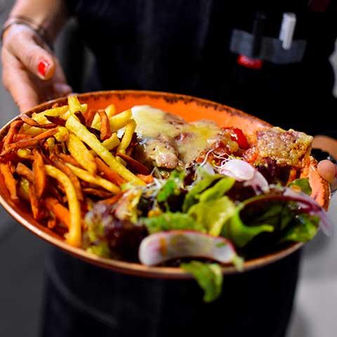 Plat de frites et salade bio confectionné par le restaurant Maison B à Anglet