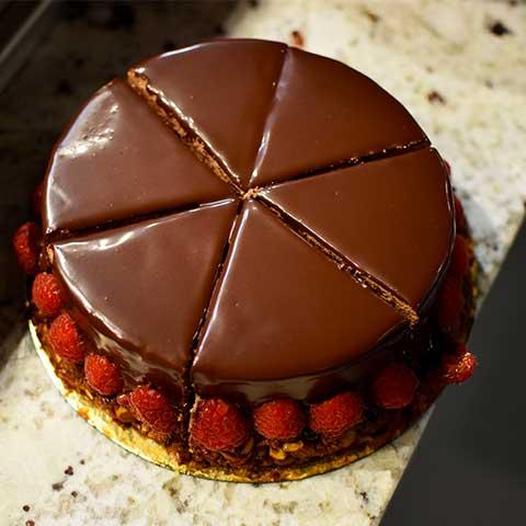 Gâteau au chocolat et fraises confectionné par les cuisiniers du restaurant Maison B à Anglet